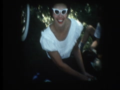 Glam mom in sunglasses at 1958 family picnic Stock Footage