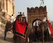 AI063TK India Jaipur, toeristen op olifanten naar Amber Fort - stock footage