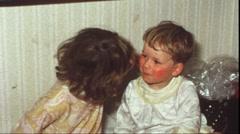 Lapset suudella (vintage 8 mm amatööri elokuva) Arkistovideo
