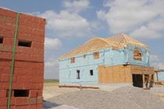Talon rakentaminen tiilillä. Arkistovideo