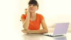 Houkutteleva nainen ajattelua hänen laptop lasi pöytä Arkistovideo