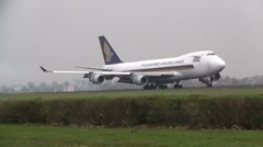 Huge Plane, Singapore Airlines boeing 747 Stock Footage