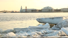 Ice floes on the neva bank. Water and the city on the background. Stock Footage