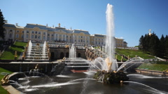 Fountain Samson and Grand Cascade fountains in front of Royal Petrodvorets Stock Footage