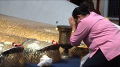 Wat Intharawihan, Bangkok, praying women Stock Footage