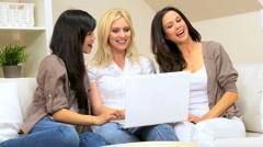 Girls Using Laptop Verkostoituminen Arkistovideo