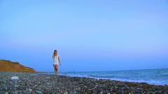 Tyttö merellä kuulokkeet Arkistovideo