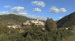 Italy town on hill Arrone zooms in Stock Footage