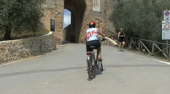 Tuscany bicycle at Monteriggioni Stock Footage