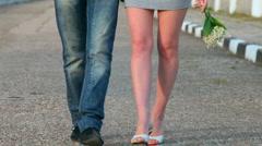 Rakastava pari kävelemässä tiellä Arkistovideo