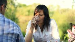 Onneton, mietteliäs nainen tasalla mies juo viiniä, kamera-ajon HD Arkistovideo