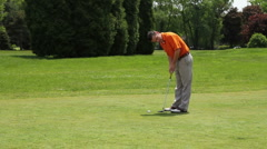 Golfer sinking a putt Stock Footage