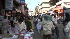 Crowded road in crawford market, Mumbai Stock Footage