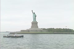Statue of Liberty from a sighseeing boat with zoom in Stock Footage