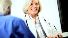 Potilaan liikehuoneiston naislääkärin Arkistovideo