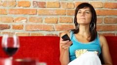 Nainen sohvalla syö popcornia ja television katselun Arkistovideo