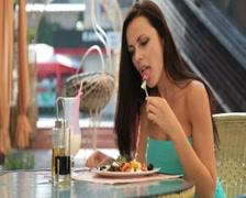 Nuori nainen ottaa illallinen ravintolassa Arkistovideo