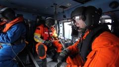 Miehet ratsastus sisällä rannikkovartiosto helikopteri (HD) c Arkistovideo