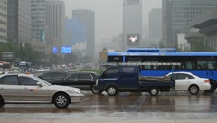Heavy traffic in front of a Gwanghwamun in Korea on rainy day Stock Footage