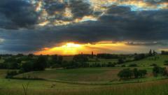Auringonlasku pilvet kulkee yli kukkuloiden hd liikettä Viivästys Arkistovideo