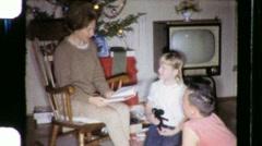 Perhe lukeminen yhdessä joulua noin 1970 (vintage Film Home Movie) 670 Arkistovideo