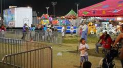 Satunnaisia ihmisiä Carnival / reilu keskialueella. Arkistovideo