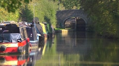 Peaceful scene on the Oxford Canal with bridge, lock and narrowboats Stock Footage