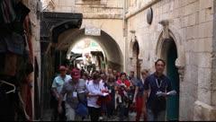 Christian Pilgrims marssia ja rukoilevat Via Dolorosa Arkistovideo
