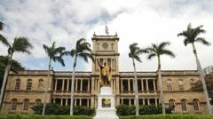 King Kamehameha statue and Aliiolani Hale, Honolulu Stock Footage