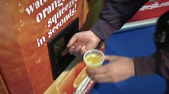 Squeesed oranges vending mashine Stock Footage