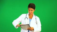 Etniset naislääkärin Wireless Tablet Kosketusnäyttö Arkistovideo