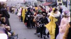 Lapset Halloween Parade Noin 1957 (vintage Koti videokuvaa) 1800 Arkistovideo