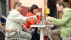 Nuoret ystävät puhuvat ja juominen teetä baarissa, ulkona HD Arkistovideo