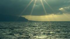 Auringonlasku valtameri auringonsäteet hidastettuna Arkistovideo