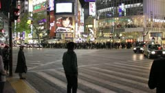 Shibuya Tokyo   Pedestrians cross at Scramble Crossing Stock Footage