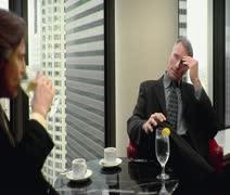 CU, Lockdown, keskity Tausta, Kaksi liikemiestä istuu pöydässä ja Arkistovideo