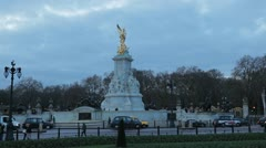 Traffic in Buckingham Palace, Victoria Memorial, Queen's Gardens in London, UK Stock Footage