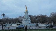 Traffic in Buckingham Palace, Victoria Memorial, Queen's Gardens in London, UK Stock Footage