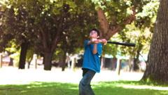 Poika pelaa pesäpalloa hidastettuna Arkistovideo