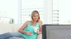 Iloisia vaalea nainen katsomassa televisiota Arkistovideo