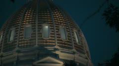 Sivun Denver Capital Building loitontaa puita yöllä Arkistovideo