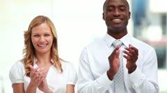 Hymyilevä liikemiesten linja taputtaa Arkistovideo