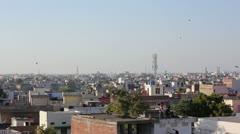 Lapset lentävät leijat yli kattojen Jaipur, Intia Arkistovideo