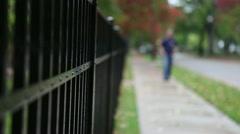 Masentunut mies kävely (epätarkka) Arkistovideo