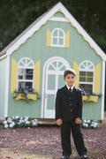 Poika edessä lelu talo Kuvituskuvat