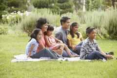 Perhe istuu viltti Kuvituskuvat