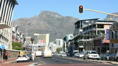 Somerset Road, Green Point, afternoon traffic, Devils Peak in backround Stock Footage