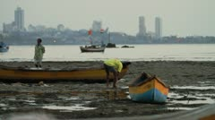 Man washing himself by the riverbank in Mumbai Stock Footage