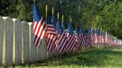 Liput näytetään hautoja sotilashautausmaalle auringonnousun Arkistovideo