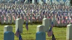 Liput näytetään hautoja sotilashautausmaalle aikaisin aamulla tuulta Arkistovideo